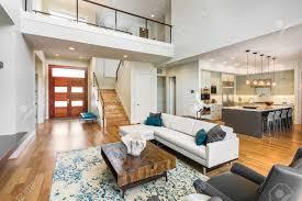 wohnzimmer in luxus haus mit blick auf küche entryfoyer haustür treppen und dachboden