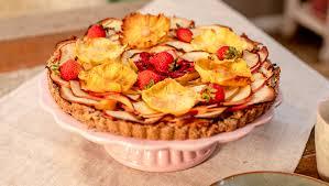tarte mit erdbeeren äpfeln und ananas blüten