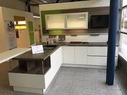 zeitlos grifflose küche mit viel stauraum und sitzgelegenheit laser soft weiß lack grifflos