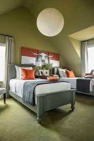jugendzimmer mit dachschräge wandfarbe olive auslegware