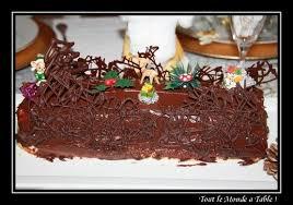 decorer une buche de noel bûche glacée vanille chocolat tout le monde à table