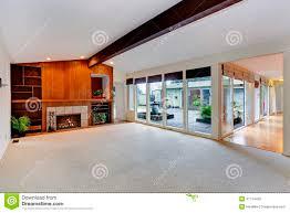geräumiges leeres wohnzimmer mit kamin und glaswand
