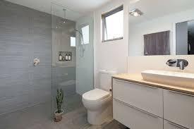waschtisch waschbecken spiegel dusche glaswand toilette weiß