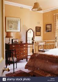 antike möbel in pfirsich land schlafzimmer stockfotografie