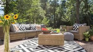 lounge ecke im garten einrichten 3 tipps vom boden bis zur