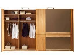 kleiderschrank aus massivholz holt die natur ins schlafzimmer