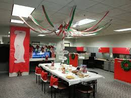 Cubicle Decoration Themes In Office For Christmas by 149 Best Christmas Door U0026 Cubicle Decor Images On Pinterest