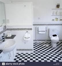 modernes bad mit schwarz weiß karierten fliesen waschbecken
