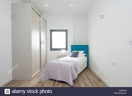 kleines schlafzimmer mit einem einzelbett einem großen