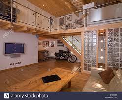 moderne zeitgenössische wohnzimmer mit mezzanine balkon und