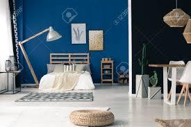 blau offenes schlafzimmer mit le holzrahmen gold zubehör