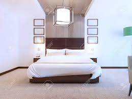 modernes schlafzimmer mit holzdekorationen an den wänden hotelzimmer mit weißen wänden und teppichboden 3d übertragen