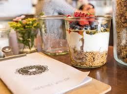 granola mit früchten köstlichkeiten bei kaffee und kuchen