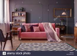 pastell rosa decke auf ein passendes sofa im wohnzimmer