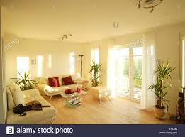 wohnzimmer einrichtung modern glastisch terrassetüre