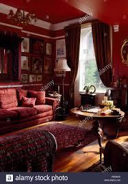 gruppe bildern über dem roten sofa in rot 90er jahre