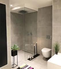 modernes minimalistisches badezimmer mit begehbarer dusche