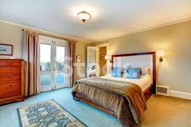 elegante warmen farben eingerichtete schlafzimmer stockfotos