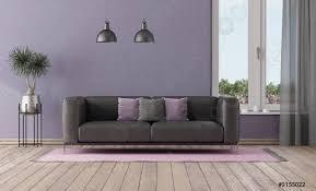 foto auf lager lila zimmer mit schwarzem sofa und fenster