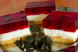 tassenkuchen mit puddingcreme und früchten
