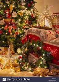 weihnachten wohnzimmer kamin mit holz kaminsims