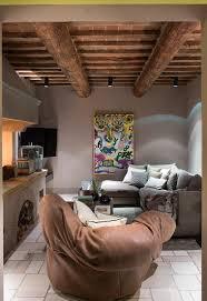 modernes wohnzimmer in erdfarben im bild kaufen