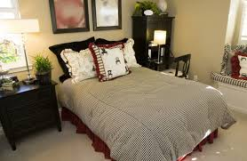 The Black White And Red Color Scheme Of This Bedroom Against Plain Beige