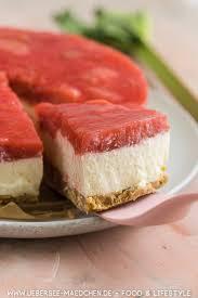 joghurttorte ohne backen mit keksboden und erdbeer rhabarber guss