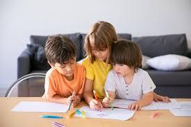 kaukasische kinder malen mit markierungen im wohnzimmer