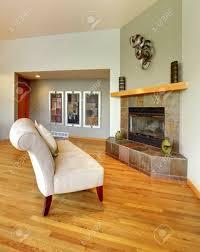 wohnzimmer innenraum mit weißem eleganter stuhl kamin und grünen wänden