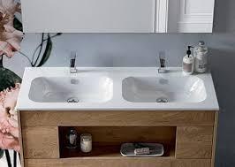 badezimmerschrank aus holz mit öffnungen ohne griffe