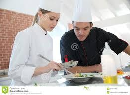 stagiaire de femme dans le cours de cuisine avec le chef image