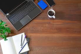 le bureau verte ordinateur portable avec les fournitures de bureau la plante verte
