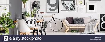 einfach plakate hängen an weiße wand im wohnzimmer interieur