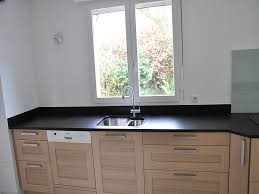 plan travail cuisine granit plan de travail en granit noir finition brossée cuisine