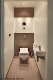 dieses warme und luxuriöse badezimmer ist mit badmöbeln