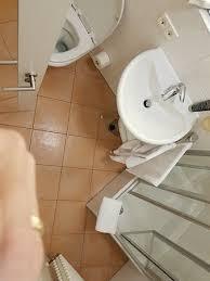 das badezimmer klein und mit wenig ablagefläche picture