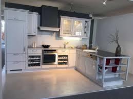 küche mit insel im modernen landhausstil in seidengrau lackiert mit einbaugeräten