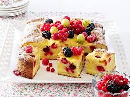 beeren eierlikörkuchen mit crème fraîche guss