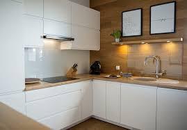 küche in eiche helles holz mit weiß grau und co ist