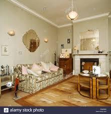 40er jahre style wohnzimmer mit gemusterten sofa und eine