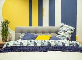 modernes schlafzimmer interieur in blau und gelbtönen