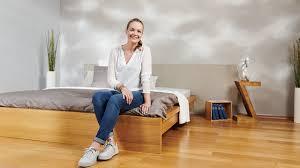 wandgestaltung im schlafzimmer mit wolken effekt und brenner