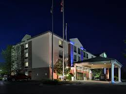 Halloween Express Locations Milwaukee Wi by Holiday Inn Milwaukee Family Hotels By Ihg