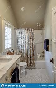 schönes retro badezimmer im stil der 30er jahre mit