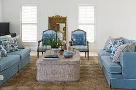 blaue sitzmöbel um couchtisch im bild kaufen 12999217
