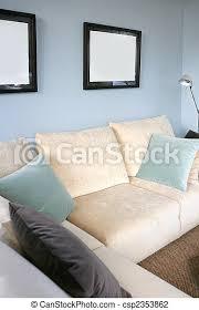 wohnzimmer mit sofa und blauer wand innenarchitektur
