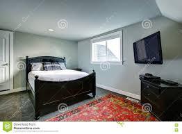 klassisches amerikanisches schlafzimmer mit grünen wänden