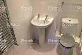 bild der sockel waschbecken chrom heizkörper moderne und weiß gefliesten badezimmer stockfoto und mehr bilder architektur