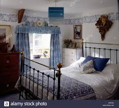 ferienhaus schlafzimmer mit messing bett und gemusterte